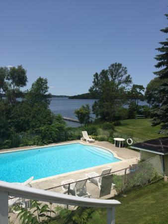 Gores Landing, Canada : Pool and lake view from the verandah