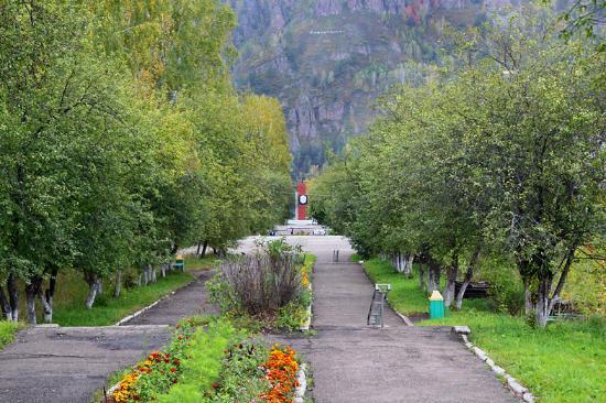 Divnogorsk, Russia: аллея, ведущая к памятнику