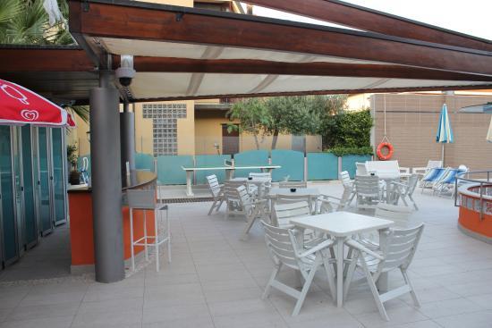 Entre piscine photo de hotel paris resort bellaria for Bar la piscine paris 18