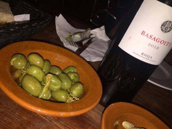 Taverna Sant Julia: Un buen vino y aceitunas mallorquinas!