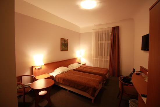 Das Schlafzimmer mit zwei Einzelbetten, TV und Kühlschrank - Bild ...