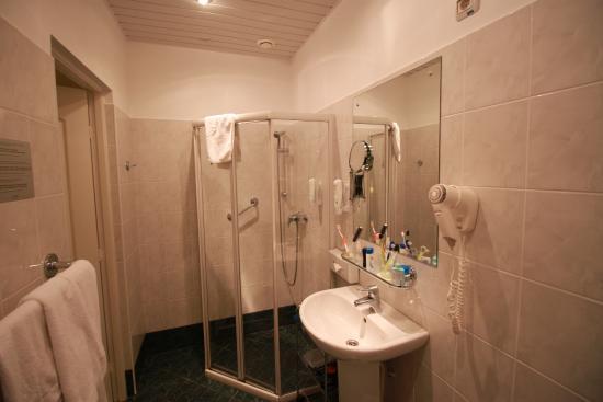 das funktionale bad mit duschkabine und toilette - picture of city, Hause ideen