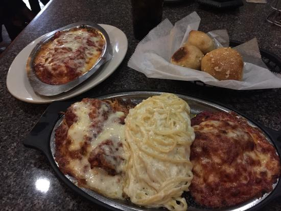 Lake Lure, Северная Каролина: Garlic knots and Sampler Dish with Fettuccini Alfredo.