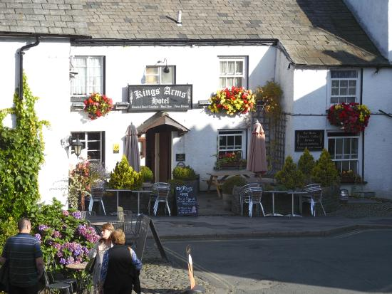 The Kings Arms Hotel : Front of the hotel and outdoor tables