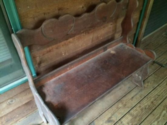 Tanglewood Cabins: Dusty bench