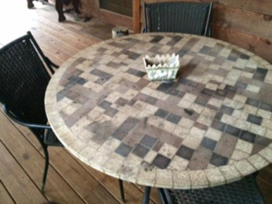 Tanglewood Cabins: Dirty porch table