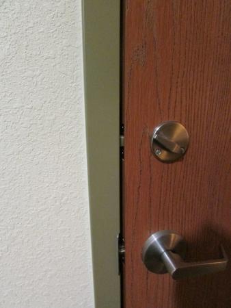 Comfort Suites: Unsecure door connecting to next room