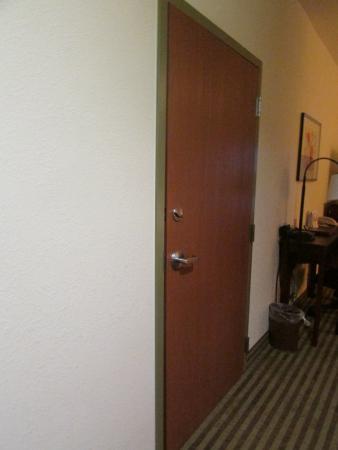 Comfort Suites: Another view of connecting door with crack