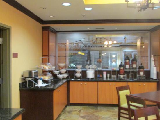 Comfort Suites: Another view of breakfast area