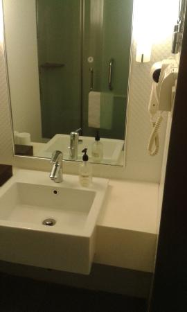 Ji Hotel Dalian Renmin Road: Small but functional bathroom -