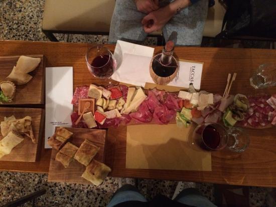 Cagliari: locale in centro cerca cameriere full time per lavoro dalle 18:00 alle h 01:00