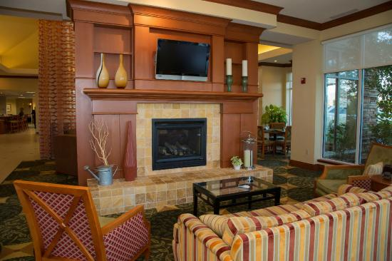 Hilton Garden Inn Colorado Springs Airport: Fireplace Lobby Seating Area