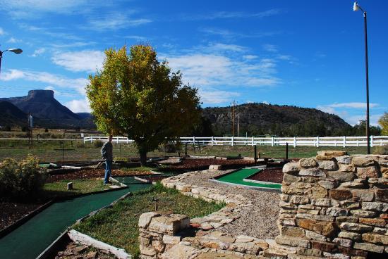 Ancient Cedars Mesa Verde RV Park: Mini golf