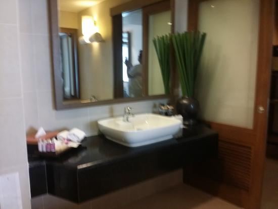 RarinJinda Wellness Spa Resort: Washing Sink with aromatherapy toiletries