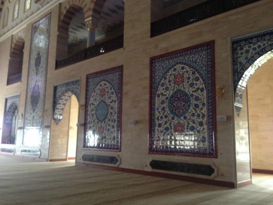 Abdulhamid Han Camii: duvardan duvara çini süslemeler