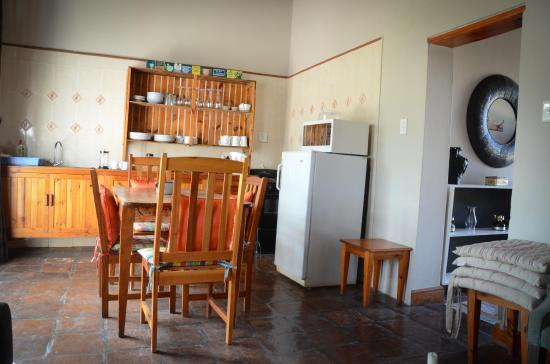 Spekboom Cottages: Kitchen and dining area