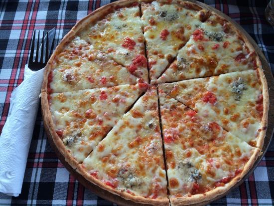 Oliver's Restaurant: Невероятно вкусная пицца, фирменный салат