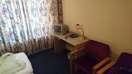 Atlas Hotel Valkenburg: De microscopische kamer, met de gordijnen die het licht niet buiten houden en de Madurodam TV