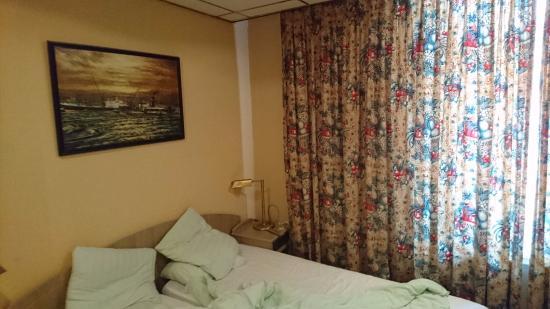 atlas hotel valkenburg de microscopische kamer met de gordijnen die het licht niet buiten