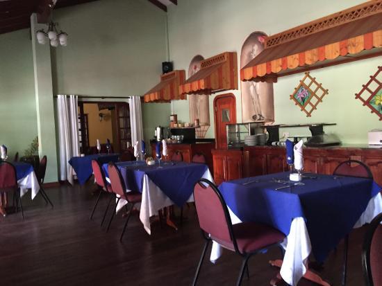Coco d'Or Hotel & Restaurant: Ресторан где сервируют шведский стол