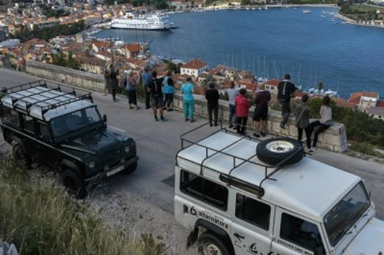 Comisa, Croatie : VIS DISCOVERY WITH LAND ROVERS