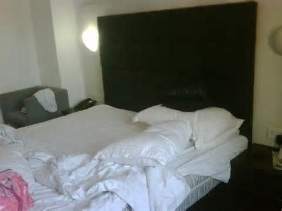 Sapphire Suites: Room