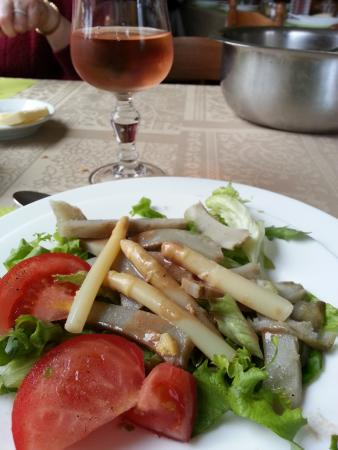 Plouaret, Frankrike: One of the starters (artichoke and asparagus salad)