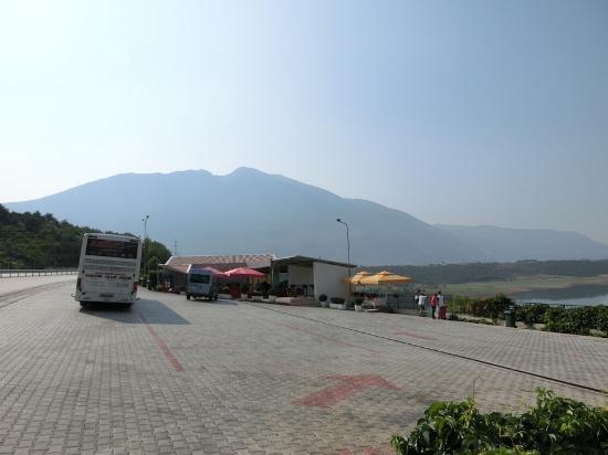 Kukes, Albânia: 駐車場からの眺め