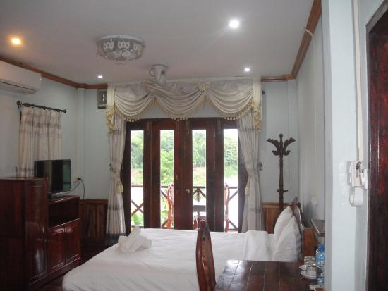Villa Kingkham Riverside : Deluxe room with balcony and river view