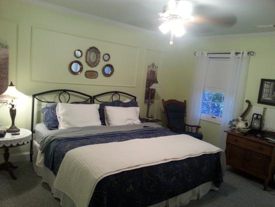 Fairway Oaks Bed & Breakfast: King Room #4 - taken the next morning so not as neat and dressed as when we arrived