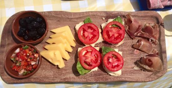 Estancia La Alejandra: Snacks before lunch - delicious!