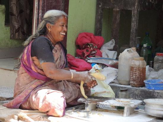 Kimansion Inn: Walk through the town and see ladies making chappattis on the streets