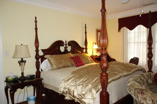 Irish Rose Bed & Breakfast: King bed in our room