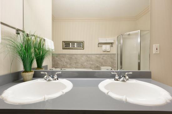 Days Hotel & Suites - Lloydminster: Bathroom