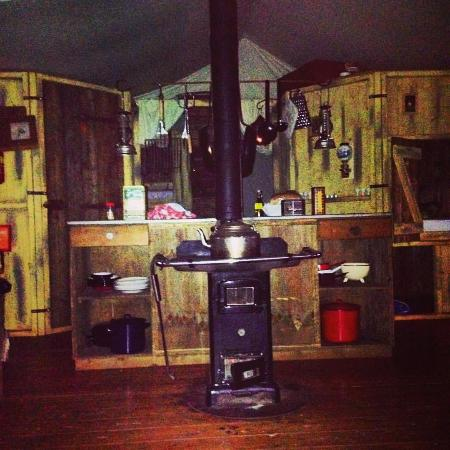 Rodhuish, UK: Great kitchen facilities/either bunkbeds for kids of little hideaway bed