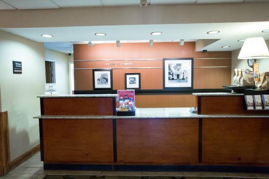 Hampton Inn Marion: Front Desk