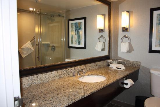 Embassy Suites by Hilton Portland Washington Square: Salle de bain