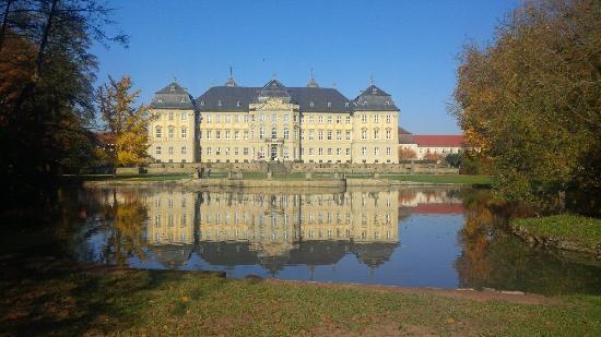 Werneck, Tyskland: Blick auf das Schloss mit Cafe in der Mitte