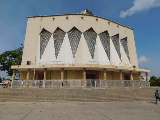 Catedral Metropolitana María Reina: Desde afuera