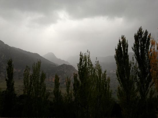 Hotel Fuerte Grazalema: Vue de la chambre un jour de fortes pluies
