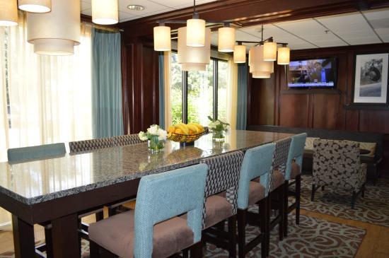 Hampton Inn Houston - I-10W, Energy Cor : Community Table