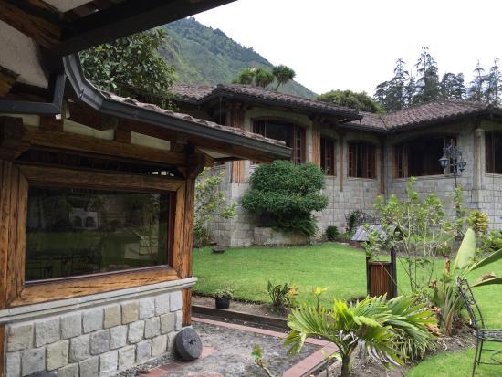 Foto de samari spa resort ba os jardines traseros de la for Jardines traseros