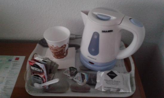 Camino Real Hostal : Equipo para preparar café o te en la habitación