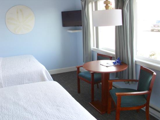 Garibaldi, Oregon: Each room has a sitting area in front of the picture windows