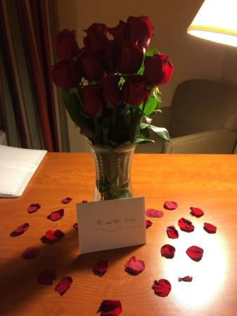 Hampton Inn & Suites Rohnert Park - Sonoma County: had a great time in Hampton inn I only request the rose bouquet but the Staff went one step extr