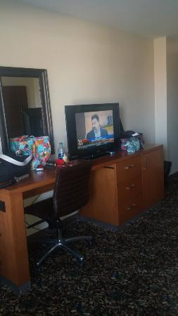 Compton, Καλιφόρνια: The TV, Dresser w. small fridge in room