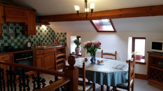 Common Barn Farm: Meadow Cottage, kitchen