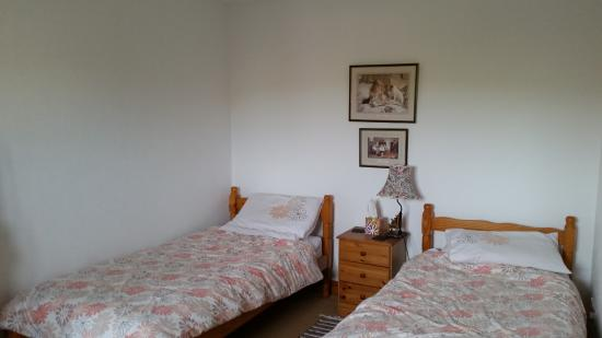 Common Barn Farm: Meadow Cottage, twin bedroom