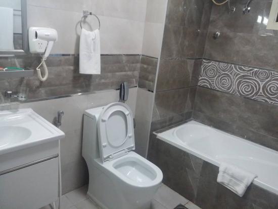 Panorama Hotel Bur Dubai: Bathroom