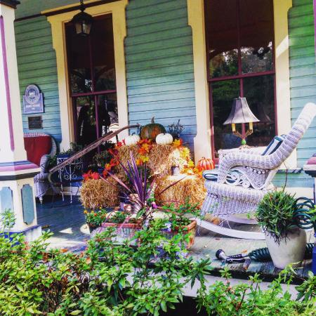 The Magnolia Plantation Bed and Breakfast Inn: Front porch